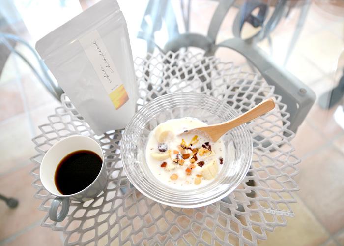 朝食はオーガニックコーヒーとヨーグルト。スーパーフードとティートリコをトッピングして、朝から健康と美を意識します。