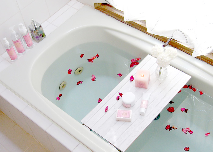 特別な休日には、お風呂に花弁を浮かべてバスタイム。バス用品はピンクで揃えて、可愛いに囲まれる癒しの時間。